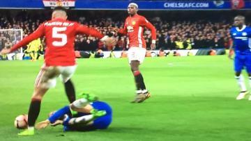 Pemain belakang Manchester United, Marcos Rojo terlihat menginjak Eden Hazard.
