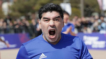 Legenda Argentina, Diego Maradona mencoba melakukan teknik gol 'Tangan Tuhan' di Korea. - INDOSPORT