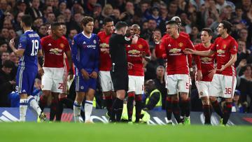 Para pemain Manchester United kala mengerubungi wasit Michael Oliver, pasca kartu merah Ander Herrera.