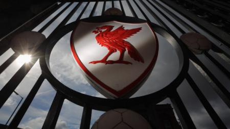 Logo burung Liverpool di gerbang pintu Anfield. - INDOSPORT