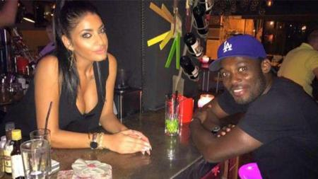 Michael Essien (kanan) dengan Maria Kazarian (kiri)  di salah satu klub malam di Yunani. - INDOSPORT