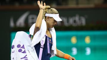 Angelique Kerber meninggalkan lapangan usai dikalahkan Elena Vesnina di Indian Wells 2017.