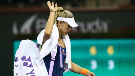 Angelique Kerber meninggalkan lapangan usai dikalahkan Elena Vesnina di Indian Wells 2017. - INDOSPORT