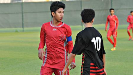 Khuwailid Mustafa Ibrahim (kiri) mengenakan ban kapten. - INDOSPORT