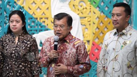 Kiri-kanan: Puan Maharani, Jusuf Kalla dan Imam Nahrawi dalam rapat Asian Games 2018 di Kemenpora. - INDOSPORT