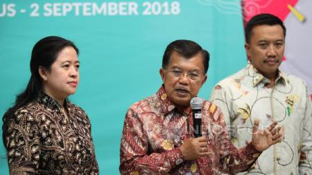 Wakil Presiden, Jusuf Kalla, (tengah) saat berbicara dalam jumpa pers usai rapat Asian Games 2018. - INDOSPORT