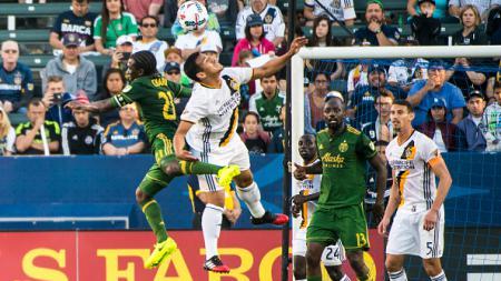 Diego Chara berebut bola dengan pemain LA Galaxy. - INDOSPORT
