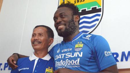 Pelatih Persib Bandung, Djajang Nurdjaman bersama pemain anyar Persib, Michael Essien.