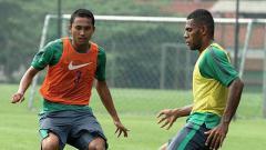 Indosport - Ricky Fajrin (rompi oranye) sudah mengikuti latihan Timnas U-22 pasca kekalahan dari Myanmar.