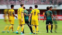 Indosport - Para pemain Mitra Kukar saat hadapi PSS Sleman di ajang Piala Presiden 2017.