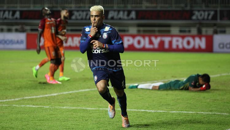 Selebrasi Penyerang Arema FC, Cristian Gonzales usai mencetak gol ke gawang PBFC.