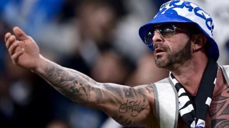 Salah satu fans Porto yang hadir di Juventus Stadium. - INDOSPORT