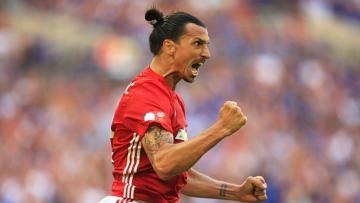 Zlatan Ibrahimovic melakukan selebrasi usai cetak gol.