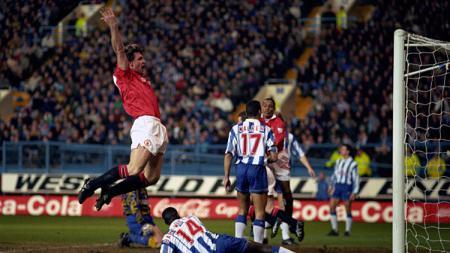 Brian McClair rayakan gol keduanya ke gawang Sheffield Wednesday. - INDOSPORT
