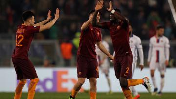 Kostas Manolas dan kawan-kawannya merayakan gol bunuh diri Lyon.