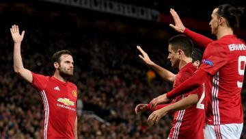 Juan Mata rayakan gol bersama para penggawa Manchester United.