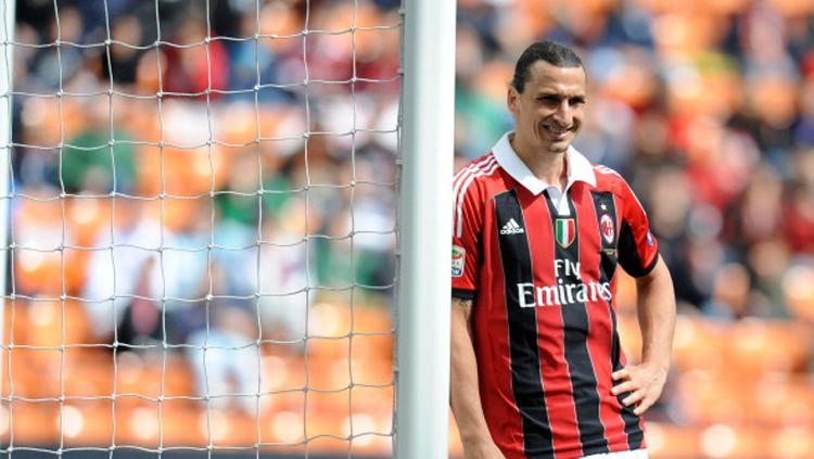 Zlatan Ibrahimovic saat masih berseragam AC Milan. Copyright: ALBERTO LINGRIA/AFP/GettyImages