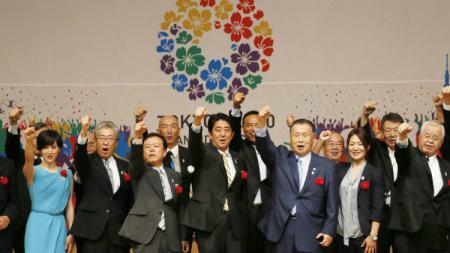 Perdana Menteri Jepang (tengah) saat persiapan Olimpiade Tokyo 2020. - INDOSPORT