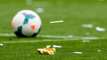 Kulit buah pisang di tengah lapangan sepakbola.