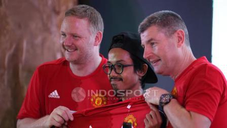 Salah seorang fans berhasil memenangkan undian jersey asli Man United.