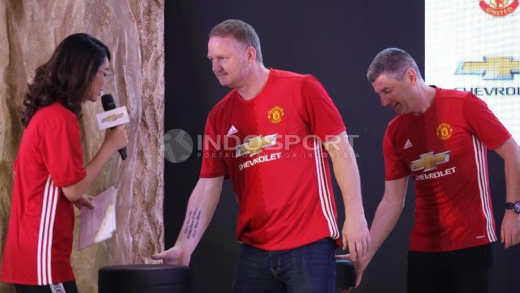 David May (tengah) dan Denis Irwin saat tiba di acara meet and greet dengan fans MU.