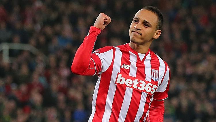 Peter Odemwingie saat menggunakan jersey Stoke City. Copyright: James Baylis - AMA/Getty Images