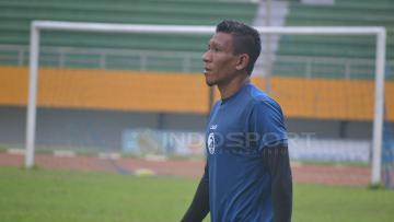 TA Musafri memberikan kritik keras soal regulasi pembatasan usia di Liga 1 Indonesia.