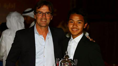 Andri Syaputra saat bersama dengan penemu bakatnya yang juga mantan pemain Ajax. - INDOSPORT