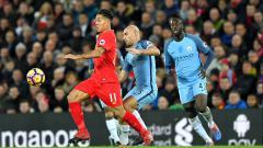 Indosport - Firmino mencoba menghindari penjagaan pemain Manchester City.
