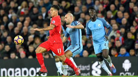 Firmino mencoba menghindari penjagaan pemain Manchester City. - INDOSPORT