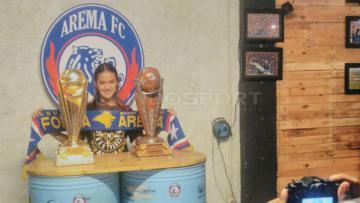 Aremanita sedang berfoto dengan trofi Piala Presiden 2017.