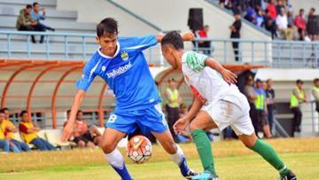 Pemain muda Persib Bandung, Puja Abdillah (kiri).