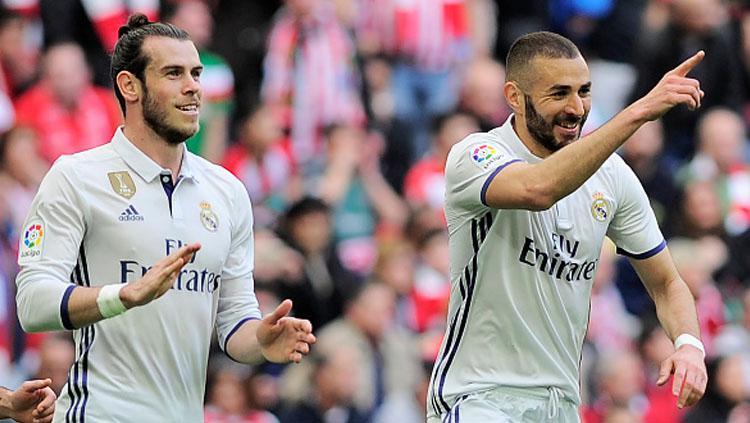 Karim Benzema (kanan) selebrasi bersama Gareth Bale. Copyright: ANDER GILLENEA/AFP/Getty Images