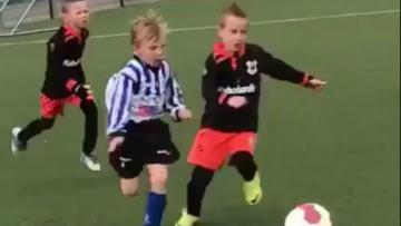 Anak Dirk Kuyt, Aidan mencetak gol solo run sensasional.