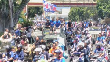 Aremania meramaikan konvoi Napak Tilas Arema FC.