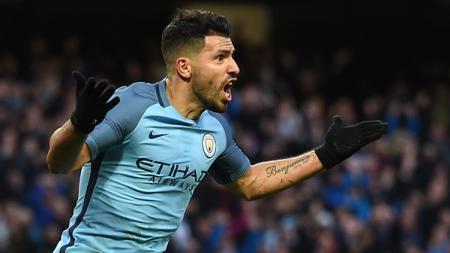 Selebrasi Aguero usai cetak gol ke gawang Liverpool. - INDOSPORT