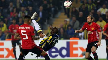 Moussa Sow (tengah) saat menendang bola di kawal dua bek Manchester United Marcos Rojo (kiri) dan Daley Blind.