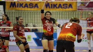 Para pemain Jakarta Pertamina putri melakukan selebrasi.