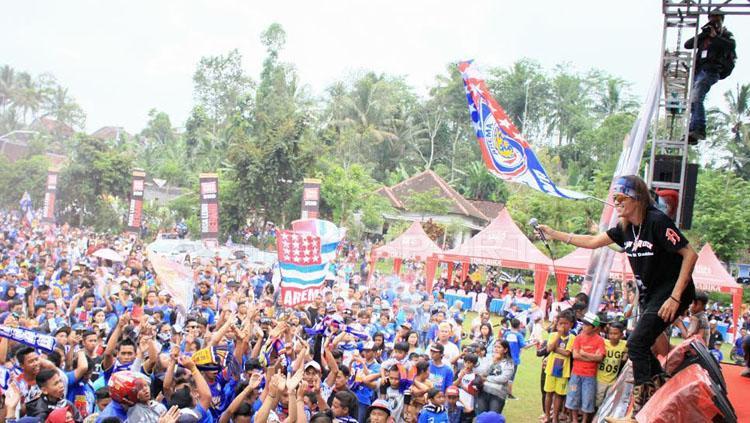 Ribuan Aremania dihibur oleh performa salah satu band Malang.