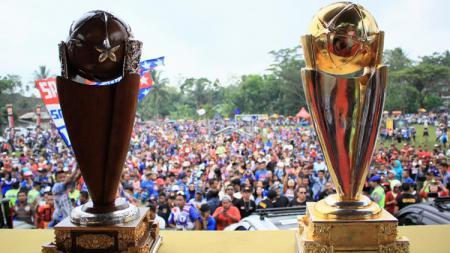 Dua trofi Juara Piala Presiden, dipajang di atas panggung Lapangan Hargo Kuncaran. - INDOSPORT
