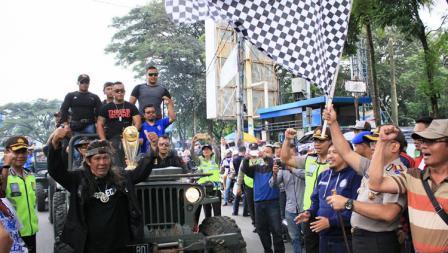 Kapolres Malang Kota, AKBP Decky Hendarsono dan Sudarmaji (Media Officer Arema FC) ikut membuka acara konvoi napak tilas mengawal trofi juara Piala Presiden.