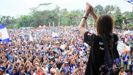 Ribuan Aremania dihibur oleh performa salah satu band rock Malang.