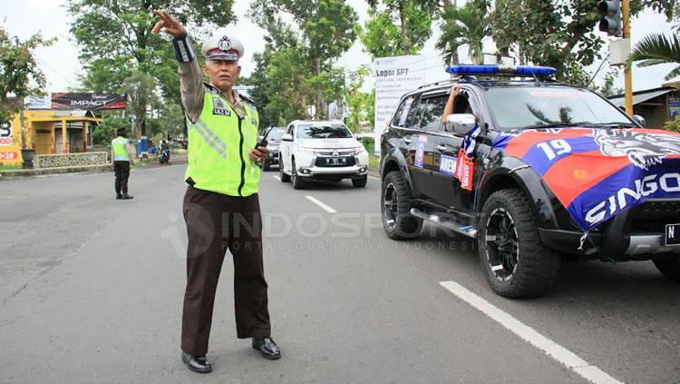 Bapak Polisi ikut mengatur jalannya Konvoi di jalan lintas selatan Kabupaten Malang.
