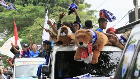 Remaja dan anak-anak ikut berbaur menaiki mobil dalam konvoi napak tilas. - INDOSPORT