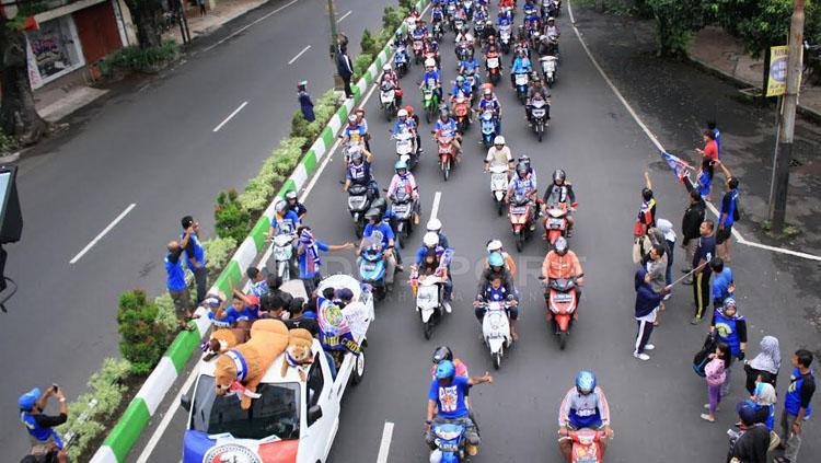 Ribuan Aremania tertib berlalu lintas dengan menaiki motor secara safety riding.