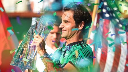 Petenis Swiss, Roger Federer, saat berhasil meraih trofi Indian Wells 2017. - INDOSPORT