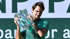 Indosport - Roger Federer saat berpose dengan trofi Indian Wells 2017, usai mengalahkan Stan Wawrinka.