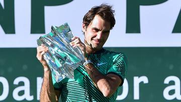 Roger Federer berpose dengan trofi Indian Wells 2017.