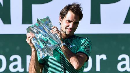 Roger Federer saat berpose dengan trofi Indian Wells 2017, usai mengalahkan Stan Wawrinka. - INDOSPORT