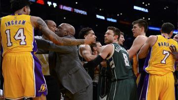 Para pemain Lakers dan Bucks terlibat keributan.